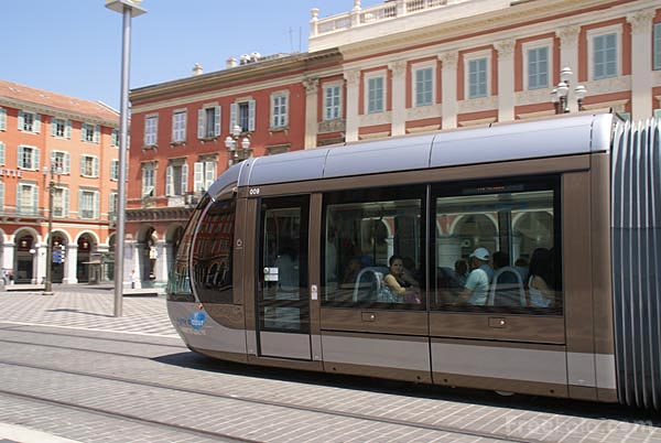 Picture of Nice Tram running on on board batteries - Free Pictures - FreeFoto.com