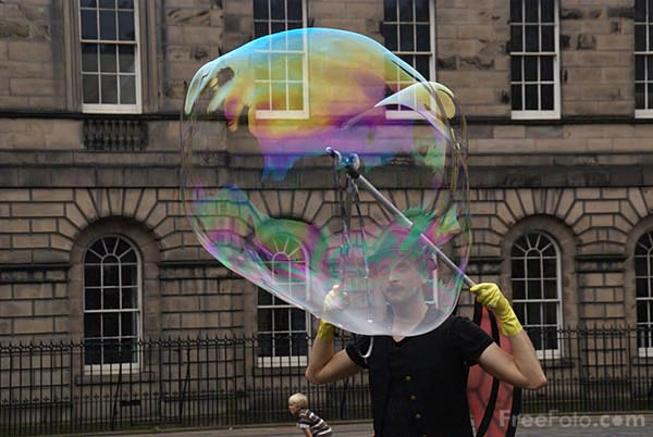 Picture of Large soap bubbles at the Edinburgh Fringe - Free Pictures - FreeFoto.com