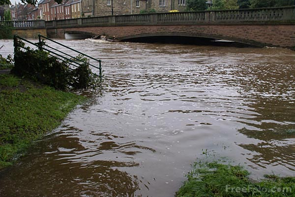Picture of River Wansbeck, Morpeth during the floods - Free Pictures - FreeFoto.com