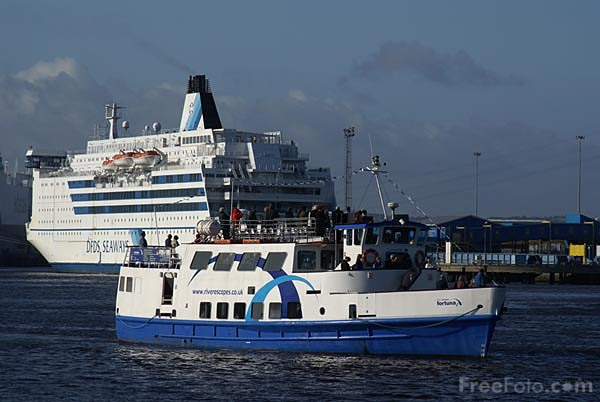 Picture of River Escapes vessel on The River Tyne to view the QE2 - Free Pictures - FreeFoto.com