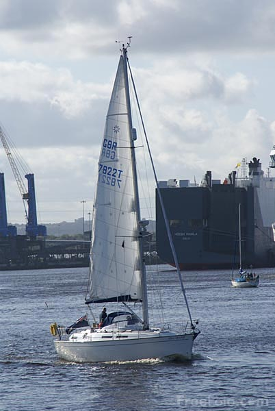 Picture of Yacht sailing on the River Tyne - Free Pictures - FreeFoto.com