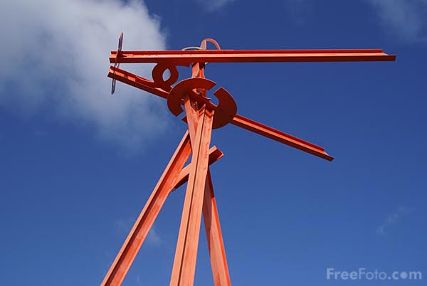 Picture of Mark di Suvero's Tyne Anew sculpture which revolves gently in th - Free Pictures - FreeFoto.com