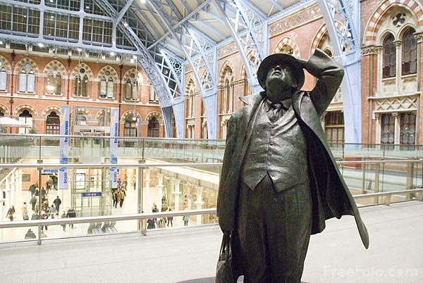 Picture of Betjeman Sculpture at St Pancras International railway station - Free Pictures - FreeFoto.com