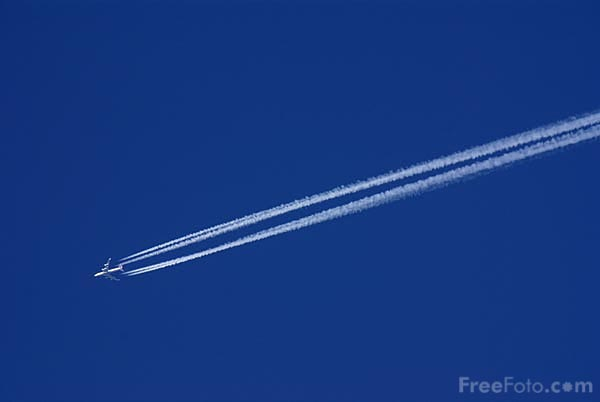Picture of Aircraft vapour trail - Free Pictures - FreeFoto.com