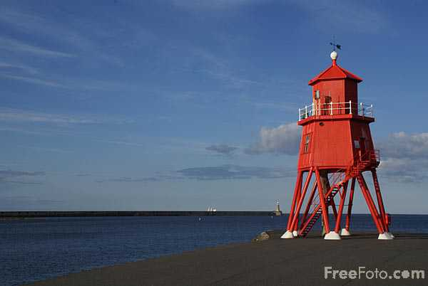 Picture of Herd Groyne Lighthouse, River Tyne, South Shields - Free Pictures - FreeFoto.com