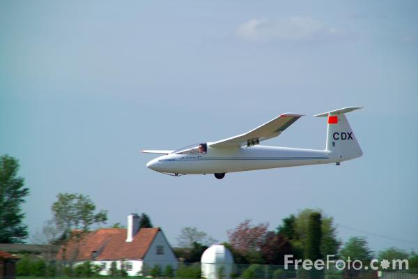 Picture of Glider landing at Newark & Notts Gliding Club - Free Pictures - FreeFoto.com