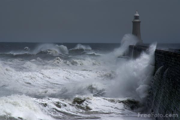 Picture of Big Waves, North Pier, Tynemouth - Free Pictures - FreeFoto.com