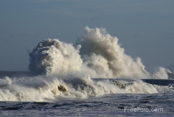 Picture of Giant waves on the seafront at Seaham, County Durham - Free Pictures - FreeFoto.com