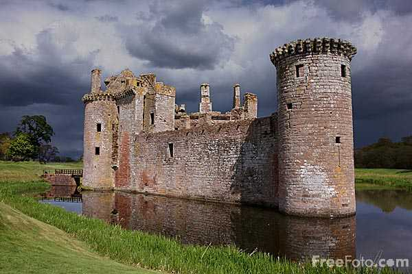 Picture of Caerlaverock Castle, Scotland - Free Pictures - FreeFoto.com
