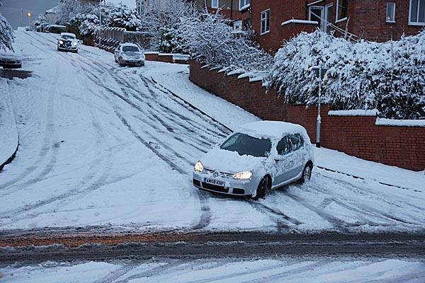 Picture of Motorists battle with hazardous winter conditions on the road - Free Pictures - FreeFoto.com