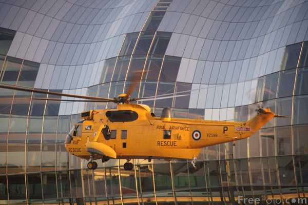 Picture of Westland Sea King HAR3 XZ599 taking off from HMS Calliope, Gateshead - Free Pictures - FreeFoto.com